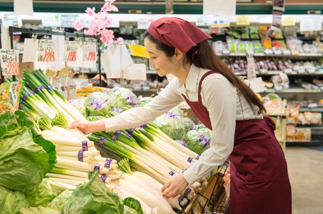 スーパーで購入する女性