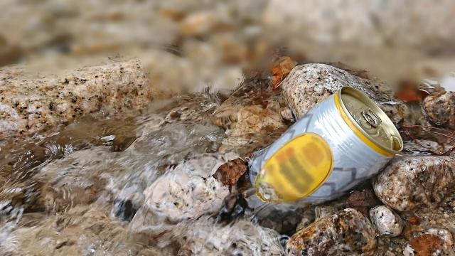 川に捨てられたゴミ