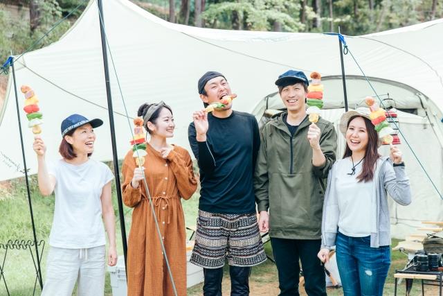 キャンプをする若者
